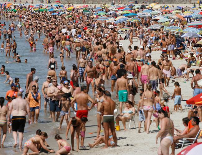 Playa de Silgar, en Sanxenxo, abarrotada de ba�istas - FOTO: �scar Vifer