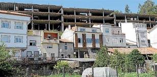 La estructura de hormig�n de lo que pretend�a ser 74 viviendas afea el paisaje pintoresco de A TrabancaFOTO: