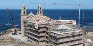Una parte de la estructura de madera del nuevo tejado del santuario de la Virgen de la Barca ya est� colocada.  - FOTO:  J. M.