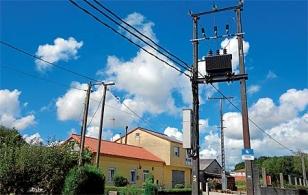 El transformador el�ctrico y su cableado est� muy pr�ximo a las viviendas.  - FOTO: J.E.
