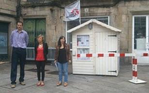 Oriol Junyent, Susana Seivane e Mar�a D�az na praza do Toural diante do 'check-point' - FOTO: MSF