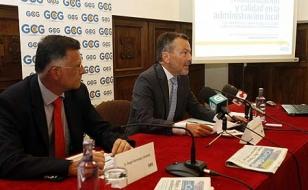 Agust�n Hern�ndez, a la derecha, junto al gerente de El Correo Gallego, �ngel Remesar, en el Foro - FOTO: A.Hern�ndez