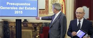 El ministro de Hacienda, Crist�bal Montoro, derecha, entreg� al presidente del Congreso, Jes�s Posada, el proyecto de ley de Presupuestos Generales del Estado para 2015 - FOTO: Efe