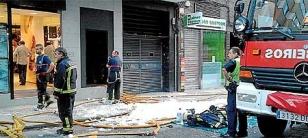 En la acera, restos de espuma para sofocar uno de los focos del incendio del lunes en Montero R�os, al lado de CarrefourFOTO: