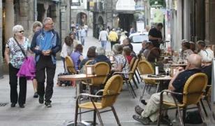 Mesas y sillas de terrazas volvieron a salir a la calle para llenarse.  - FOTO: Antonio Hern�ndez