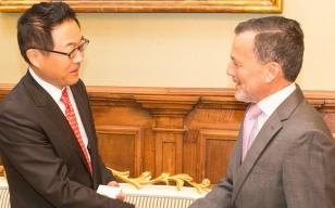 O embaixador de Xap�n e o alcalde de Santiago no Pazo de Raxoi - FOTO: Concello de Santiago