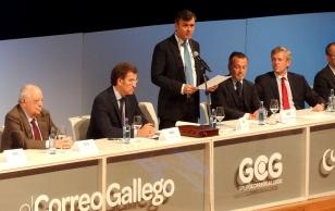 Por la izquierda, Fernando Barrera, editor del Grupo Correo; N��ez Feij�o, presidente de la Xunta; Roberto Tojeiro, Gallego del A�o; Agust�n Hern�ndez, alcalde de Santiago, y Alfonso Rueda, vicepresidente de la Xunta - FOTO: ECG