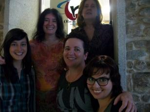 Patricia Ares, Manuela Arcos e Ana Escrigas; detr�s, na mesma orde, Alicia L�pez e Susana V�zquez - FOTO: Radio Obradoiro