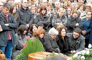 Una multitud arrop� a la familia en el funeral.  - FOTO: Suso Souto