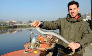 Miguel Barreiro coa primeira lamprea capturada no Ulla este ano - FOTO: Sangiao
