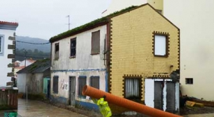 Estado que presentaba ayer el antiguo bar Mi�oteira con la lonja vieja en la parte de atr�s de la casa. - FOTO: M. G.