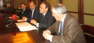 De esquerda a dereita, Javier S�nchez Agustino, Delmiro Prieto, Carlos Garc�a Cumplido e Jos� Luis Rodr�guez Dacal, vicepresidente da C�mara - FOTO: V�A L�CTEA COMUNICACI�N