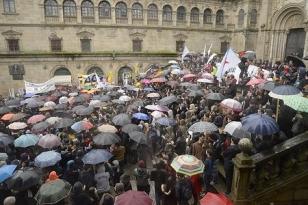 Los manifestantes contra la reforma de grados universitarios en las calles compostelanas - FOTO: JAVI REGOS