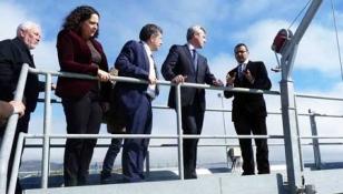 Torres, izquierda, Do Campo, Ruiz y Rueda, ayer en la depuradora de Corrubedo - FOTO:  S.S.