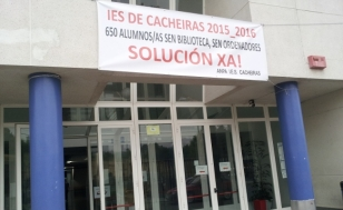Pancarta reivindicativa �s portas do centro - FOTO: ANPA IES Cacheiras