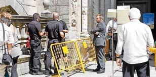 Dos polic�as hablando con un peregrino que quer�a entrar con la mochila.  - FOTO:  A. Hern�ndez