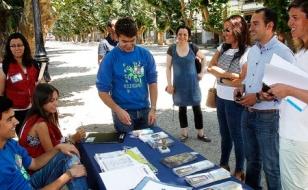 Cecilia V�zquez, dcha., Antonio Fern�ndez y Carmen Lois, con los voluntarios. - FOTO: Sangiao