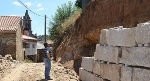 El concejal del Rural, Miguel Medela, inspeccionando las obras del muro  - FOTO: C.L.