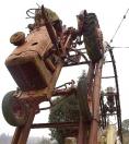 Creaci�n con tractores recortada sobre el cielo de Ardemil.  - FOTO: Feismo