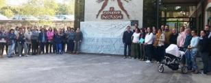 ANPA y familias posan a�nte el cartel de protesta en Dodro.  - FOTO: Botr�n