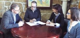 Manuel Cui�a, primero por la izquierda, junto a Francisco Ferreiro en la firma del contrato.  - FOTO:  C.S.