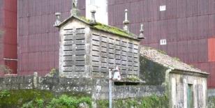 Fachada del h�rreo que construy� sin licencia el padre de Castelao, sito en la salida de la villa hacia Tanxil.  - FOTO: Suso Souto