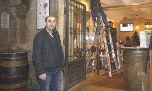Mohamed ante la puerta de su establecimiento en la R�a Nova.  - FOTO: Fernando Blanco
