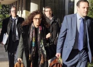 Los altos cargos de Sanidad de la Xunta, Felix Rubial (2d) y Carolina Gonz�lez-Criado, acompa�ados por sus abogados, a la llegada a los juzgados Compostelanos  - FOTO: Xo�n Rey