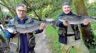 El pescador del campanu Jos� M. �lvarez, (izq.) junto a Virgilio Alonso, que cogi� el segundo.  - FOTO:  P. Sangiao