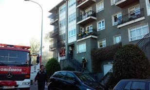 Los Bomberos de Santiago acudieron al inmueble para tratar de sofocar las llamas - FOTO: Concello de Teo