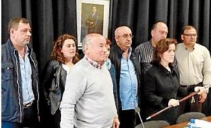 Mar�a Pose, en primeira fila co bast�n de mando, co novo grupo de goberno - FOTO: S.C.I.P.