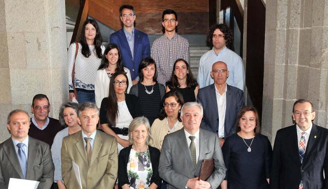 Los galardonados con las autoridades de la USC y la Xunta tras la entrega de premios - FOTO: USC