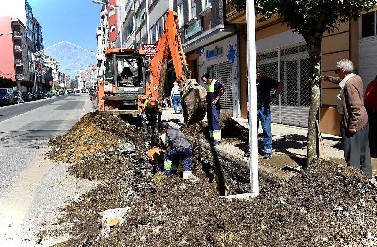 Operarios ayer durante los trabajos de reparaci�n de la tuber�a de agua que dej� sin servicio a A Estrada.  - FOTO: Sangiao