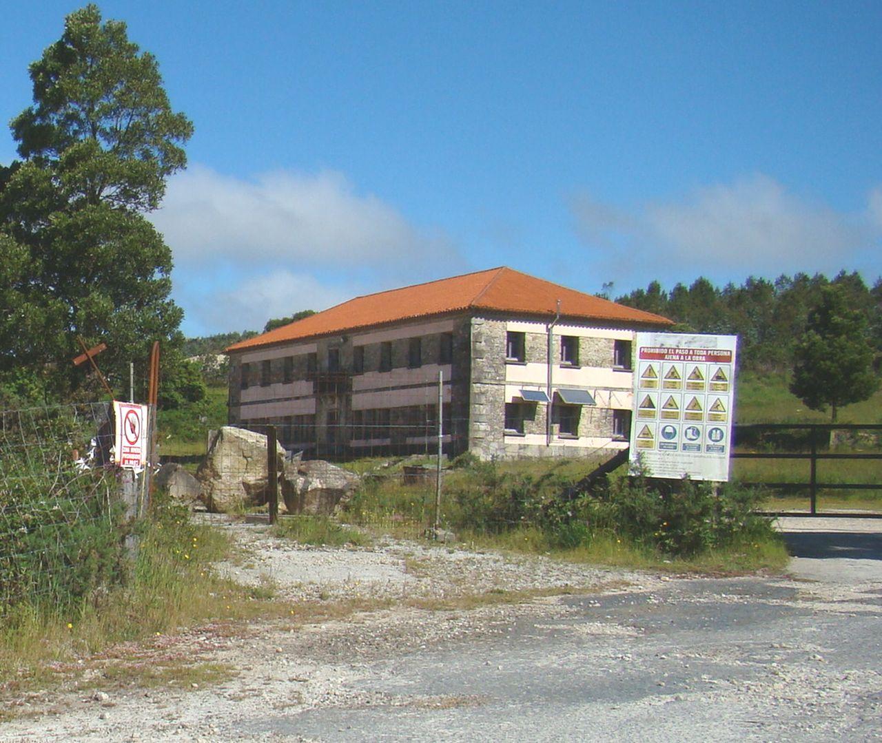 Estado del edificio principal del poblado minero de Varilongo, en Santa Comba, un inmueble hist�rico de propiedad municipal.  - FOTO: C.G.