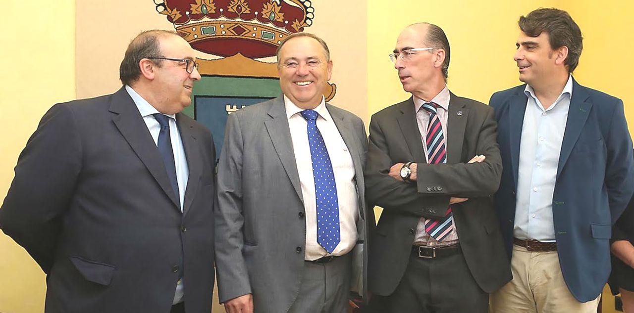Francisco Vilanova, izda., Jos� M. L�pez, Jes�s V�zquez y Diego Calvo, ayer en el concello de A Laracha.  - FOTO: Xunta