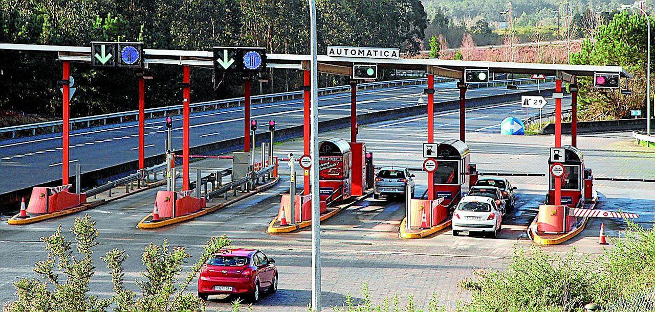 Na imaxe, una vista das cabinas do cobro de peaxe da autoestrada A Coru�a-Carballo - FOTO: Gallego