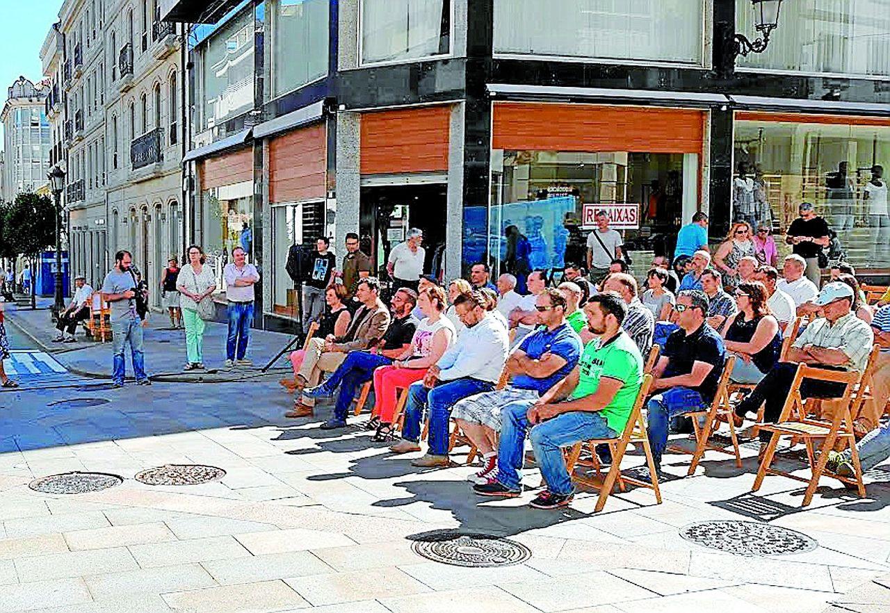 Los alcaldes de barrio de Lal�n durante el acto celebrado en el llamado Kil�metro Cero.  - FOTO: C. L.