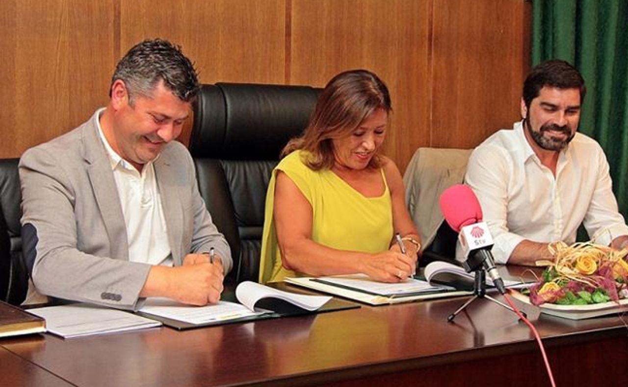 Mato junto a Rodeiro, a su derecha�,  durante la firma del convenio.  - FOTO: X. G.