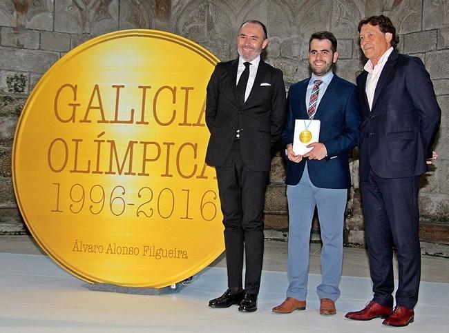 Pola esquerda, o editor Jos� Luis Te�filo, o xornalista �lvaro Alonso Filgueira e o secretario xeral para o Deporte, Jos� Ram�n Lete Lasa, na presentaci�n do libro - FOTO: ECGA