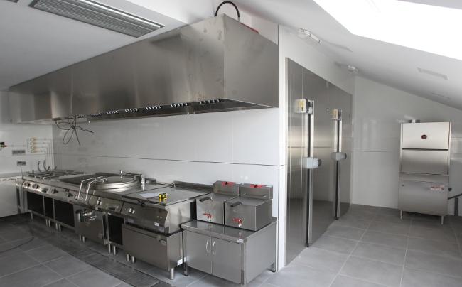 Imaxe da nova coci�a das renovadas instalaci�ns da Praza do Irm�n G�mez - FOTO: Ram�n Escuredo