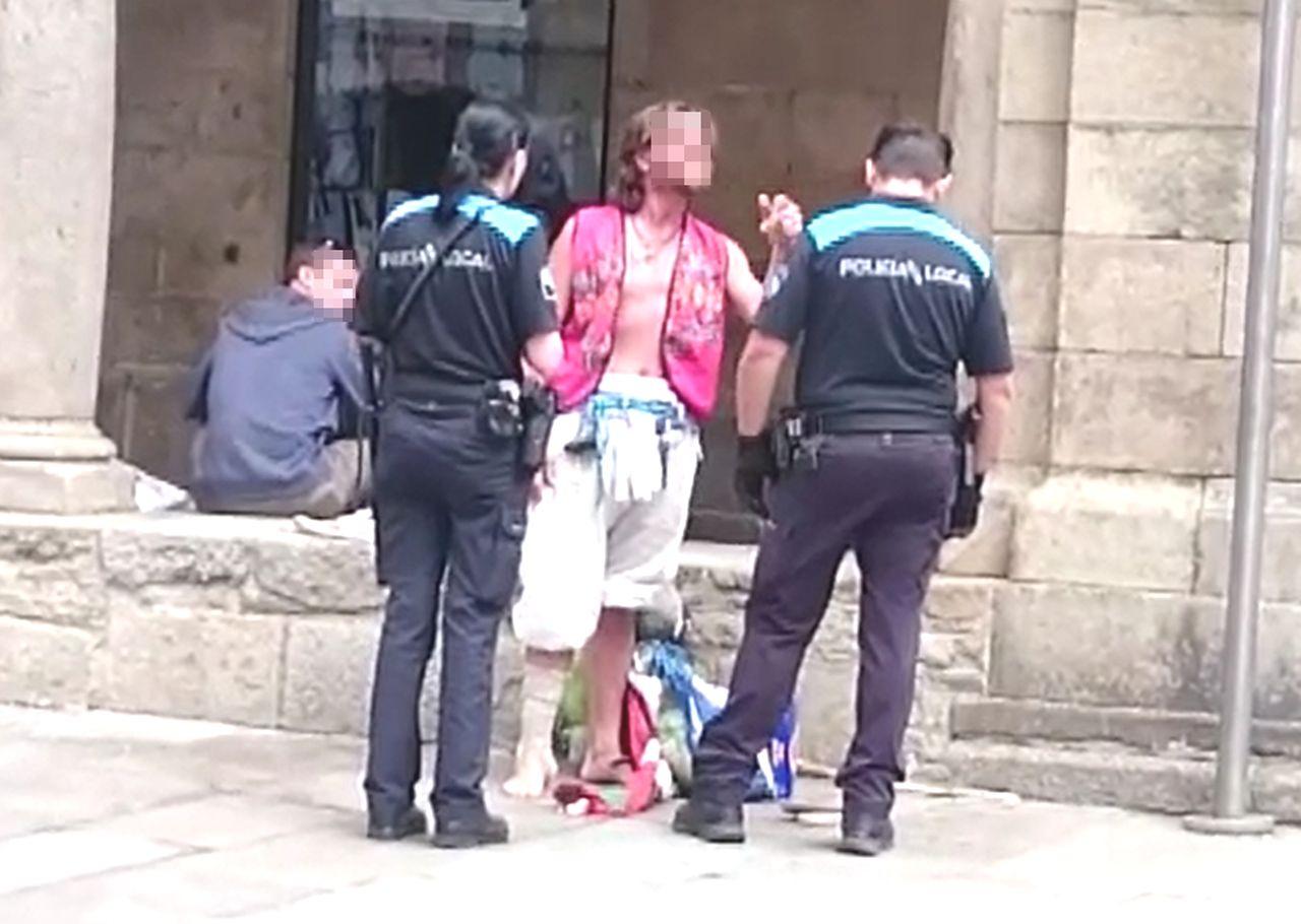 Uno de los sin techo se encara con un agente de la Polic�a Local que se desplaz� hasta la zona - FOTO: ECG
