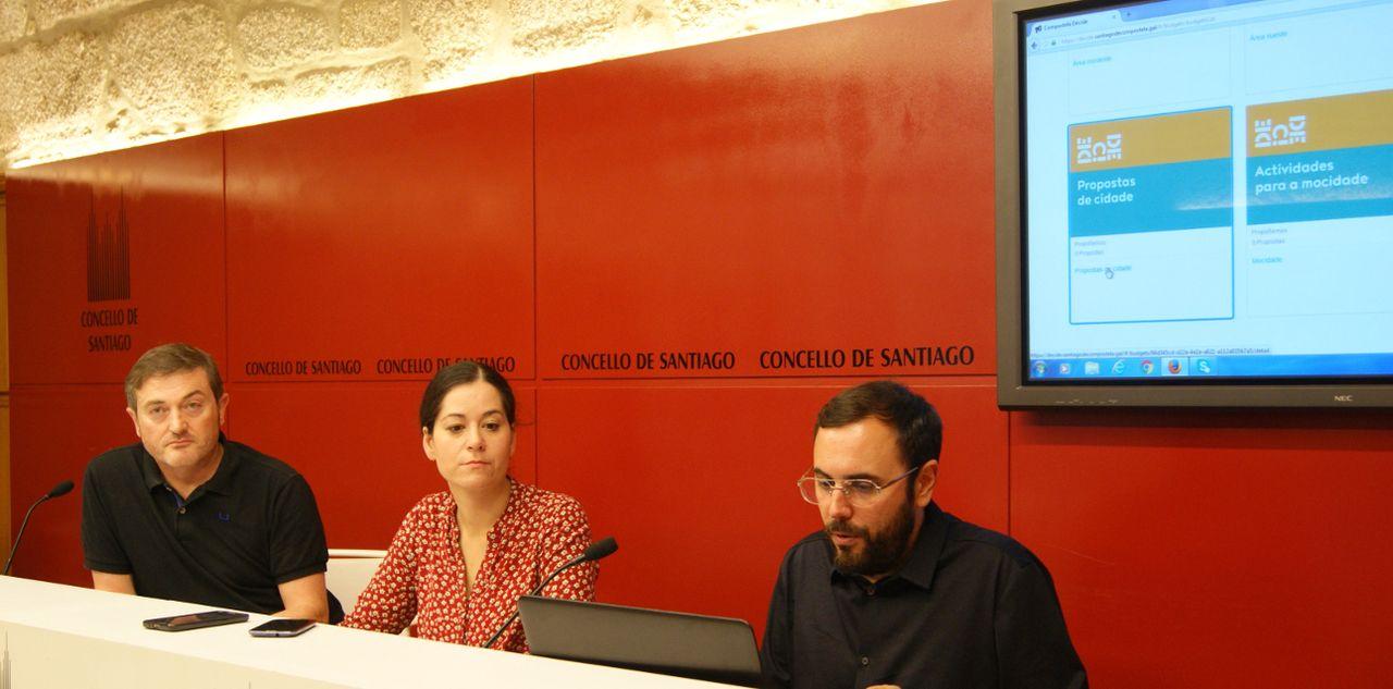 MAR�A ROZAS con los t�cnicos durante la presentaci�n de la p�gina web sobre los presupuestos participativos