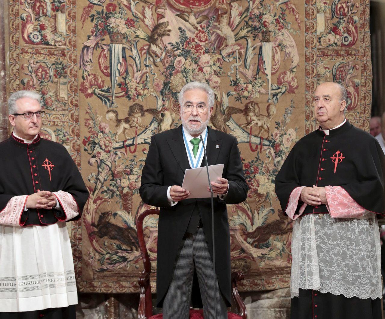 El delegado regio, el presidente del Parlamento de Galicia, Miguel Santalices, lee la invocaci�n durante la Ofrenda Nacional al Ap�stol - FOTO: Lavandeira Jr.
