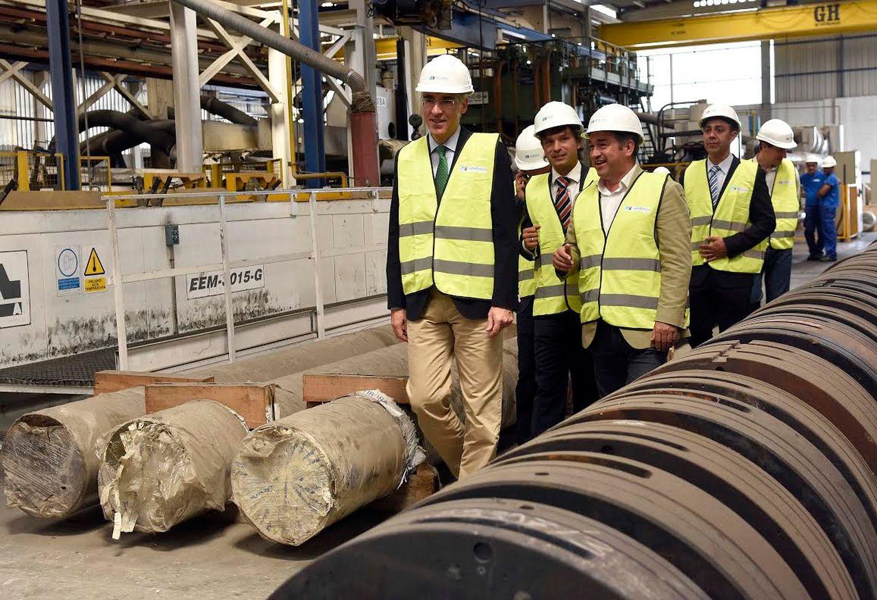 Francisco Conde y Francisco Quint�, primero y segundo izda., ayer en las instalaciones de Exlabesa.  - FOTO: Sangiao