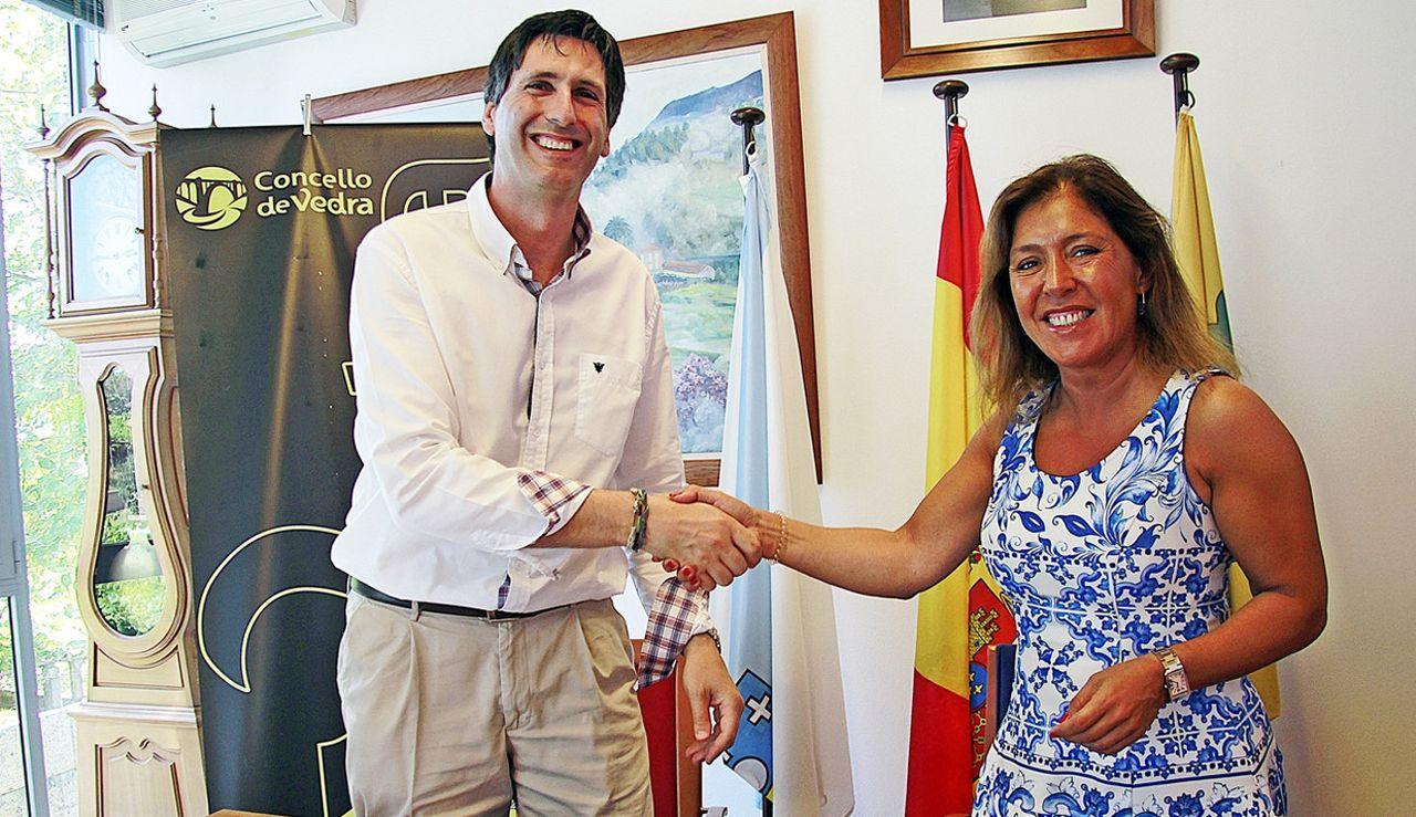 El regidor vedr�s Carlos Mart�nez junto a la conselleira Beatriz Mato en el consistorio municipal. - FOTO: X.G.