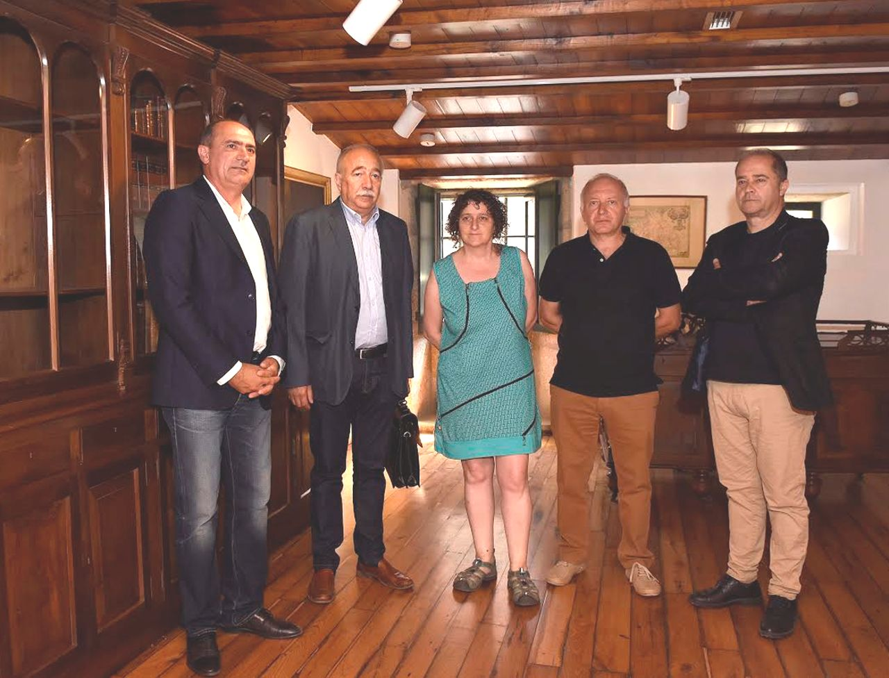 Pola esquerda, Angueira Viturro, Garc�a Garc�a, Sanmart�n, Beir� Pi�eiro e Barro, onte na visita � Casa Museo Rosal�a.  - FOTO: Sangiao