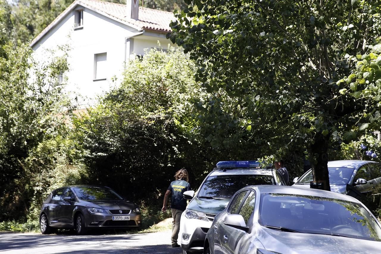 Efectivos de la Guardia Civil en el lugar de Arz�a en el que una mujer de 46 a�os presuntamente mat� a dos familiares fruto de un brote psic�tico - FOTO: EFE/�scar Corral