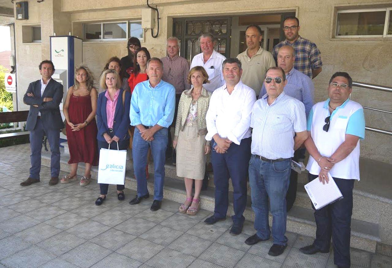 Los alcaldes y representantes de los concellos posan con Nava Castro (abajo, en el centro) en Touro.  - FOTO: C. T.