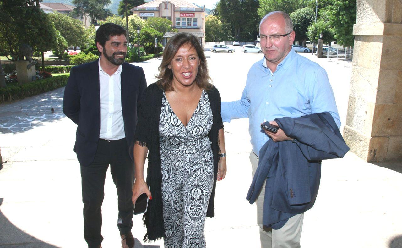 Santiago Freire, derecha, recibiendo a Beatriz Mato a las puertas del consistorio.  - FOTO: Xunta