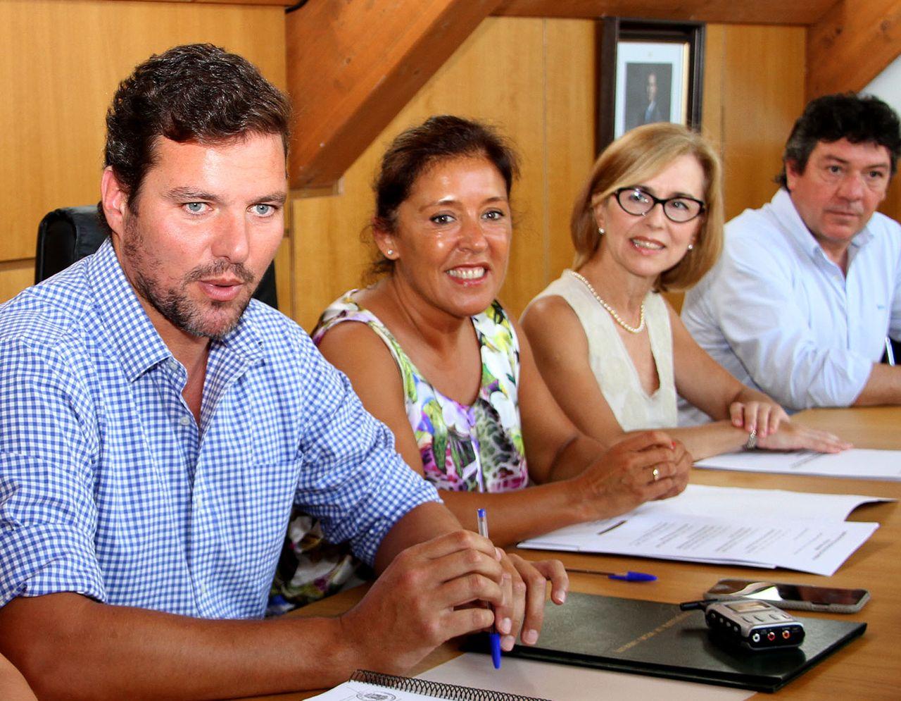 Pola esquerda, o rexedor estradense Jos� L�pez, xunto a conselleira de Medio Ambiente, Beatriz Mato e membros do executivo.  - FOTO: X.G.